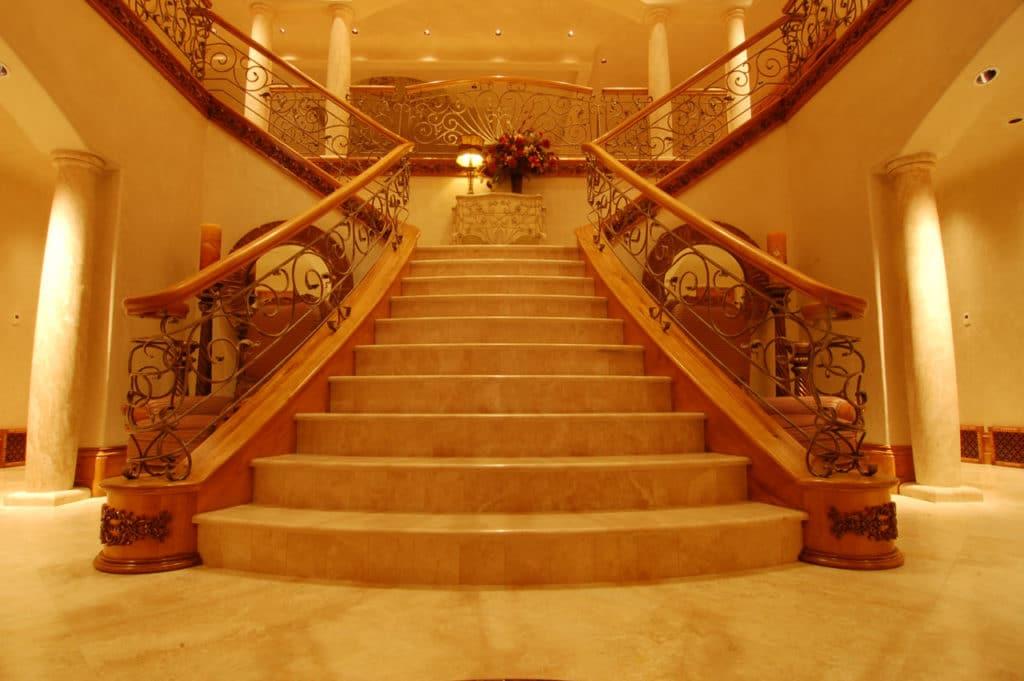 Мраморная лестница имеет роскошный внешний вид