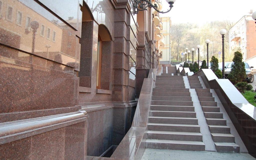 Облицовка здания и лестницы гранитом