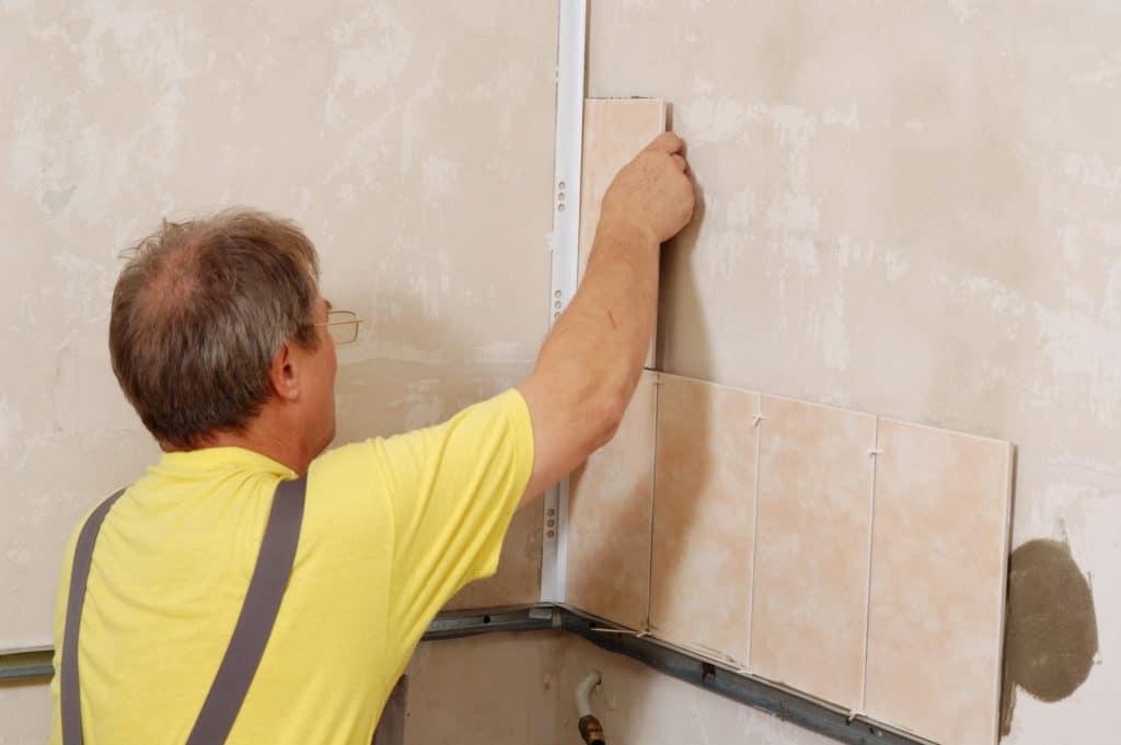 Приклеивание плитки к стене клеем