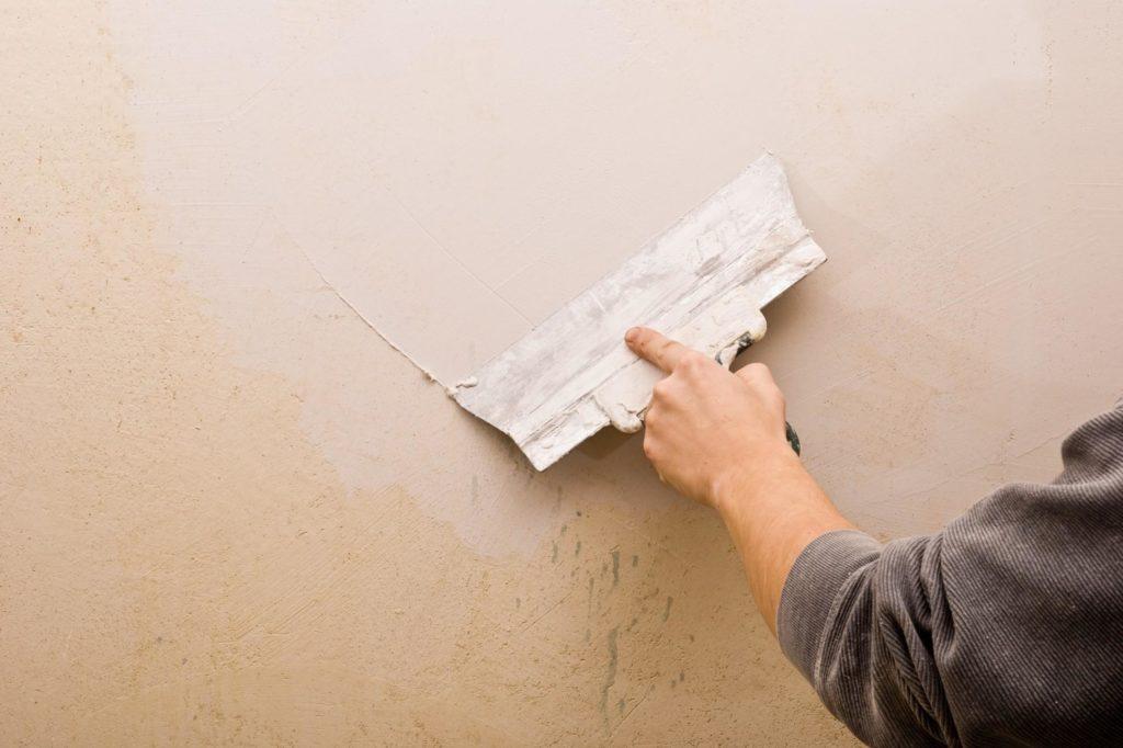 Выравнивание цвета стены мраморной мукой