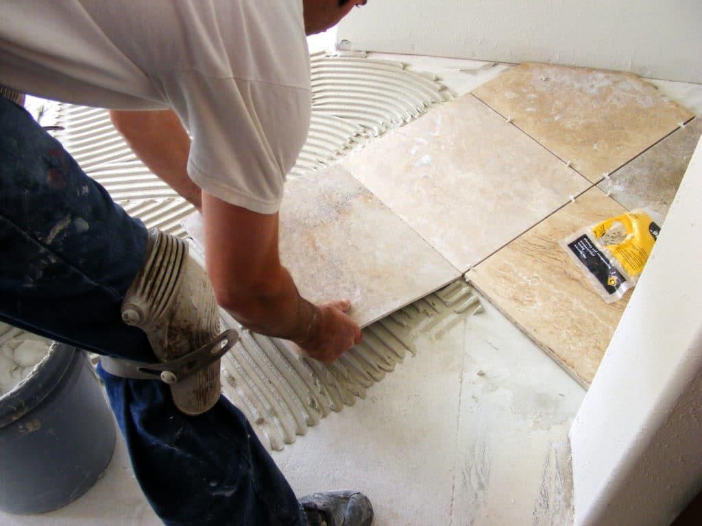Укладка плит мрамора