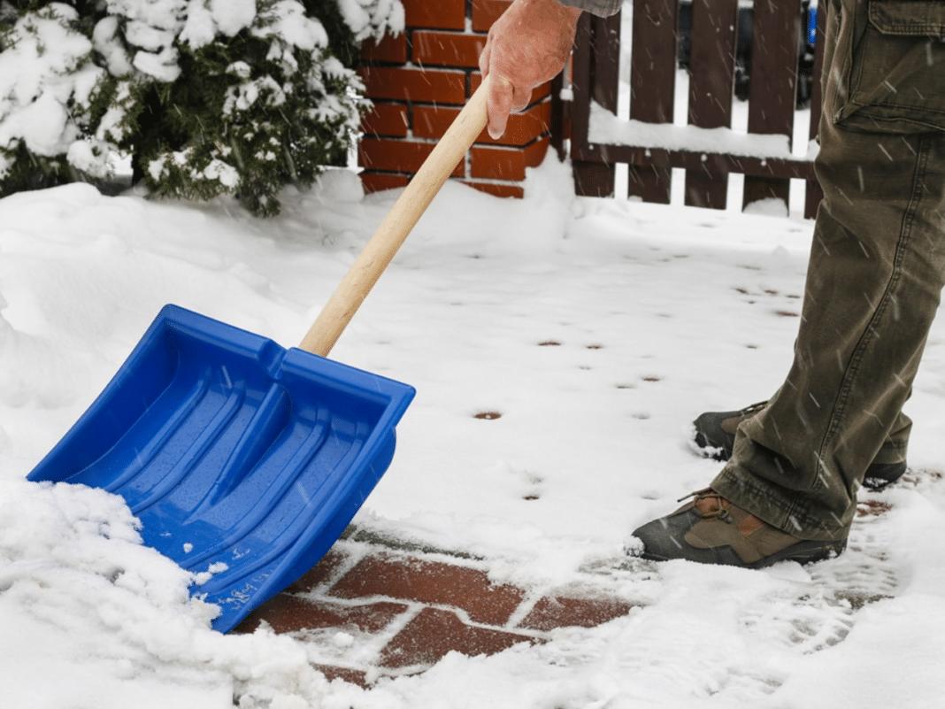Как правильно очистить лед с тротуарной плитки?