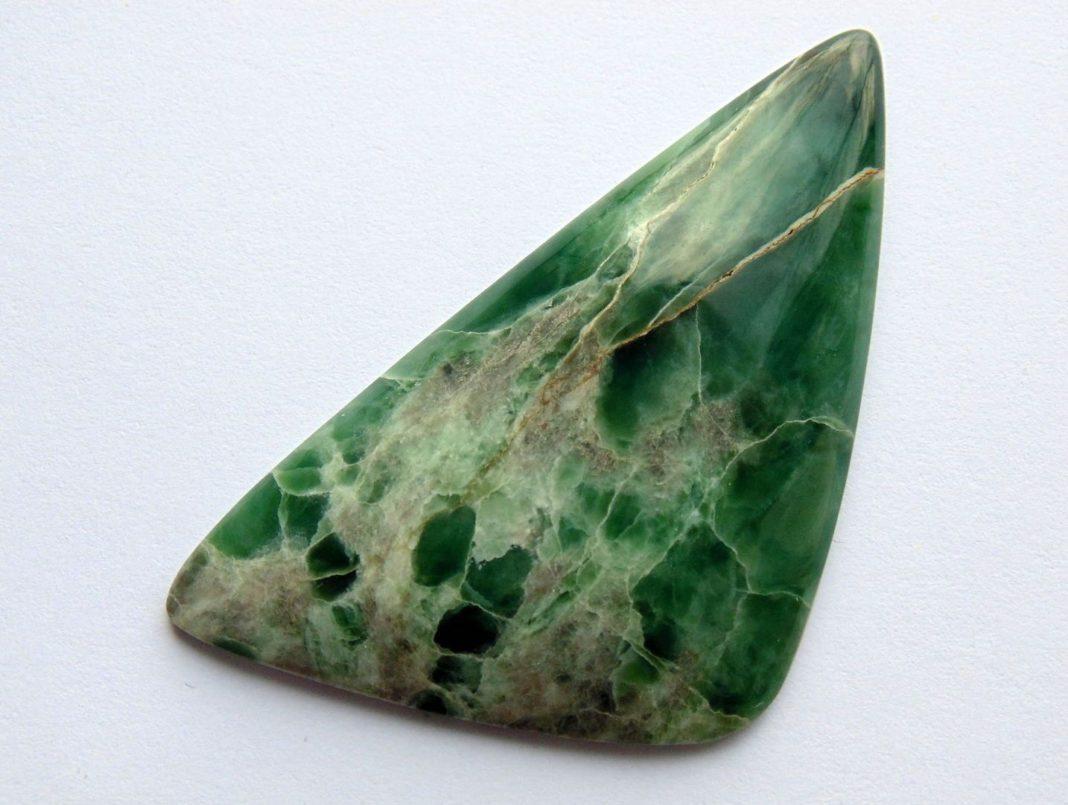 Камень зеленого цвета