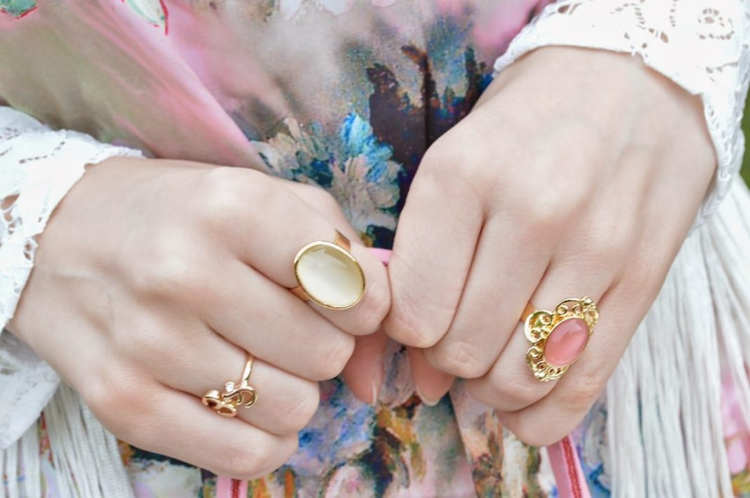 На какой руке советуют носить драгоценные камни?