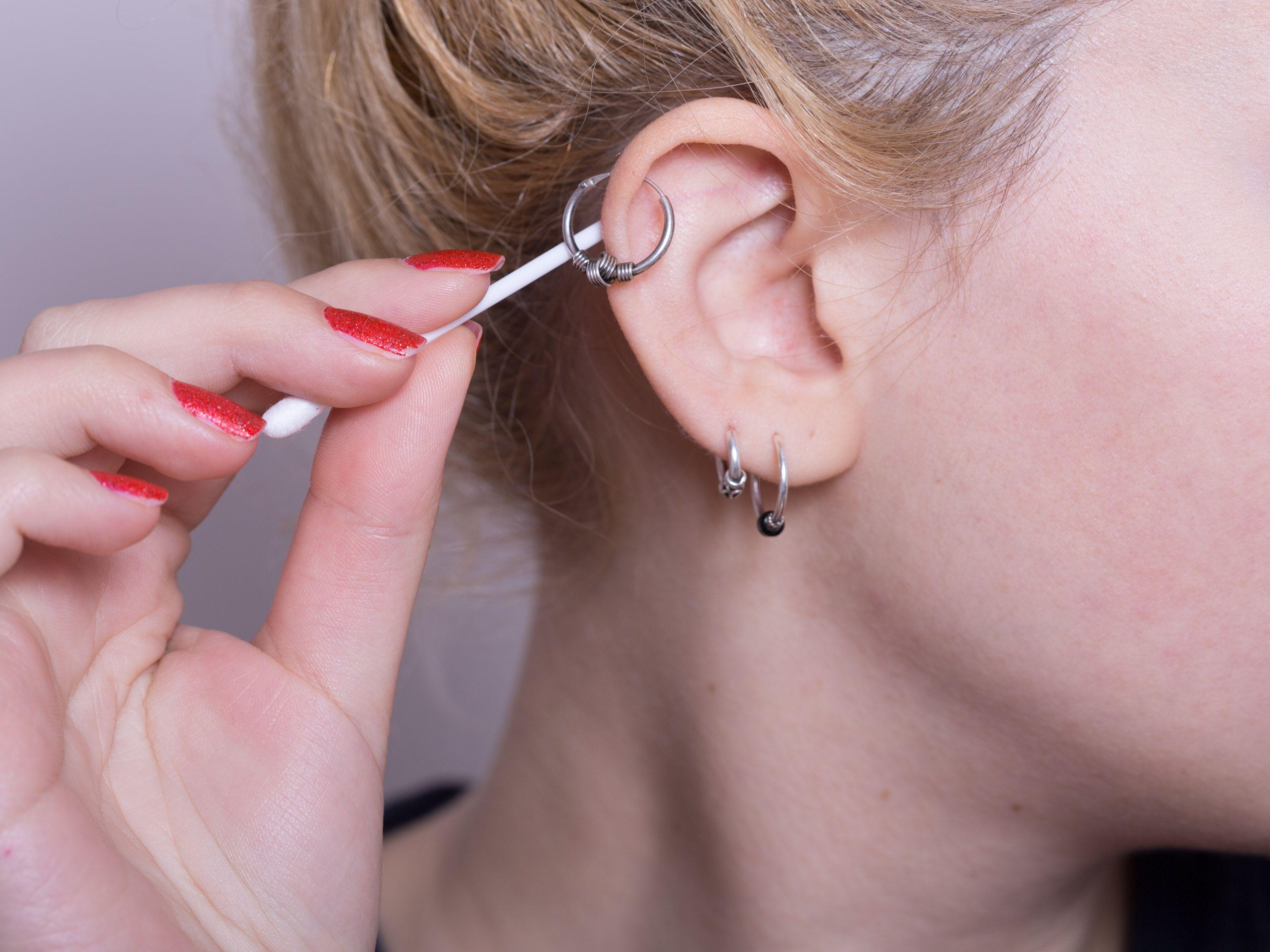 Что делать, если от сережек болят уши?
