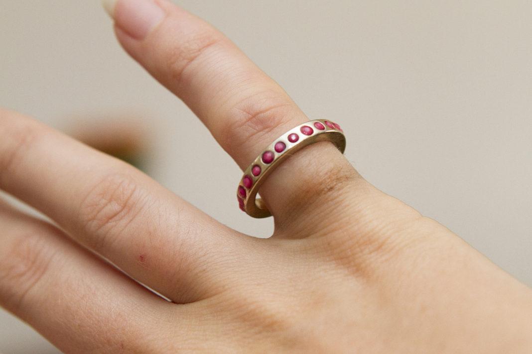 Почему на пальце остается черный след от золотого кольца и как этого избежать