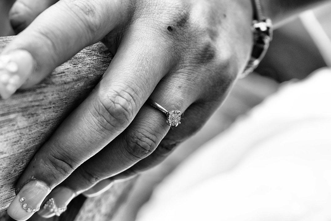 Как кольца на руках могут навредить здоровью во сне?