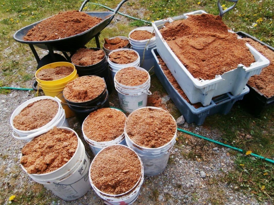 Опилки в почву