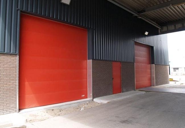 Преимущества промышленных секционных ворот Алютех